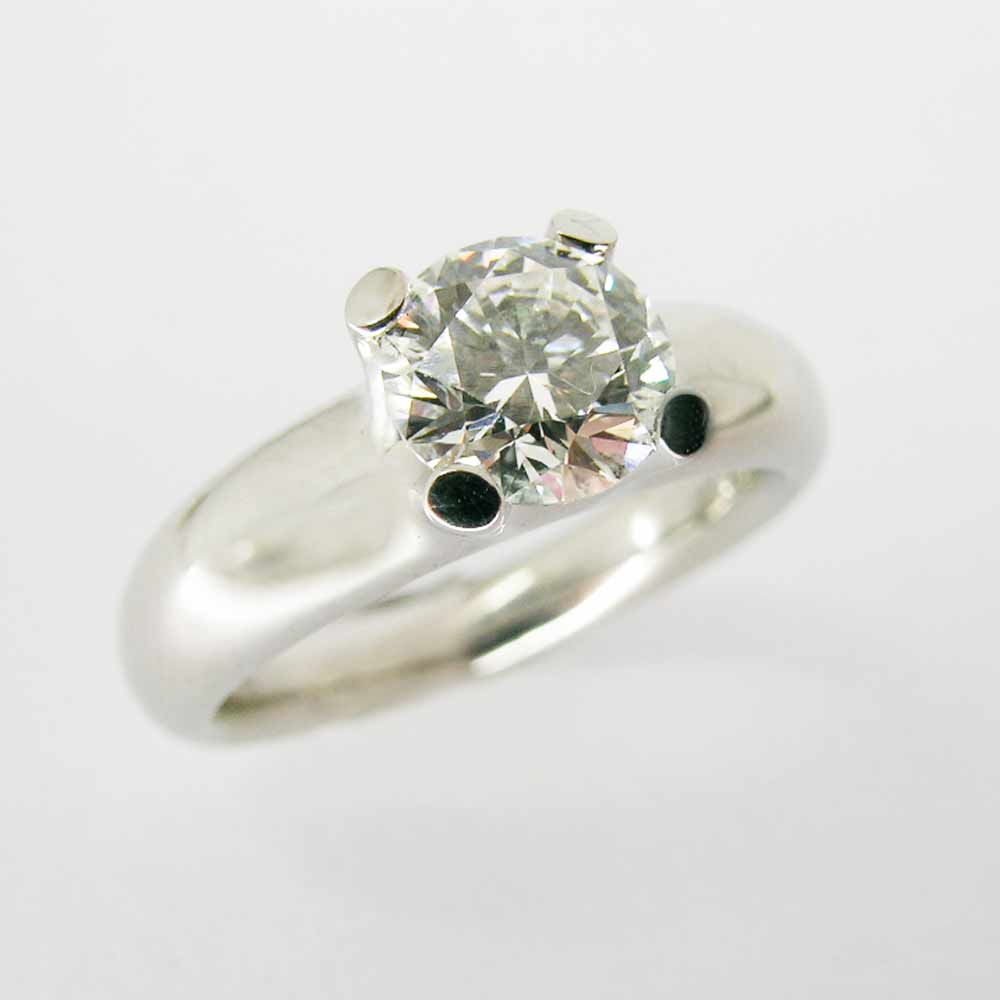 Claw-set diamond solitaire